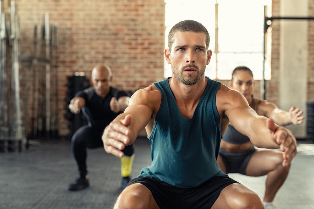homme qui fait des squats